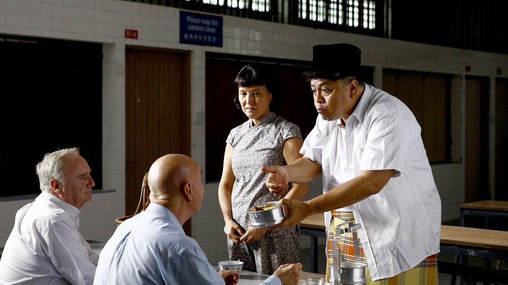 Zhao Di and Osman (Suhaimi Yusof) doing business. (Golden Village Pictures)