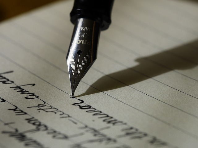 Writing a letter the old-fashioned way. (Pixabay)